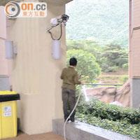港鐵疑安排人手於天雨時為屋苑花槽灌溉。
