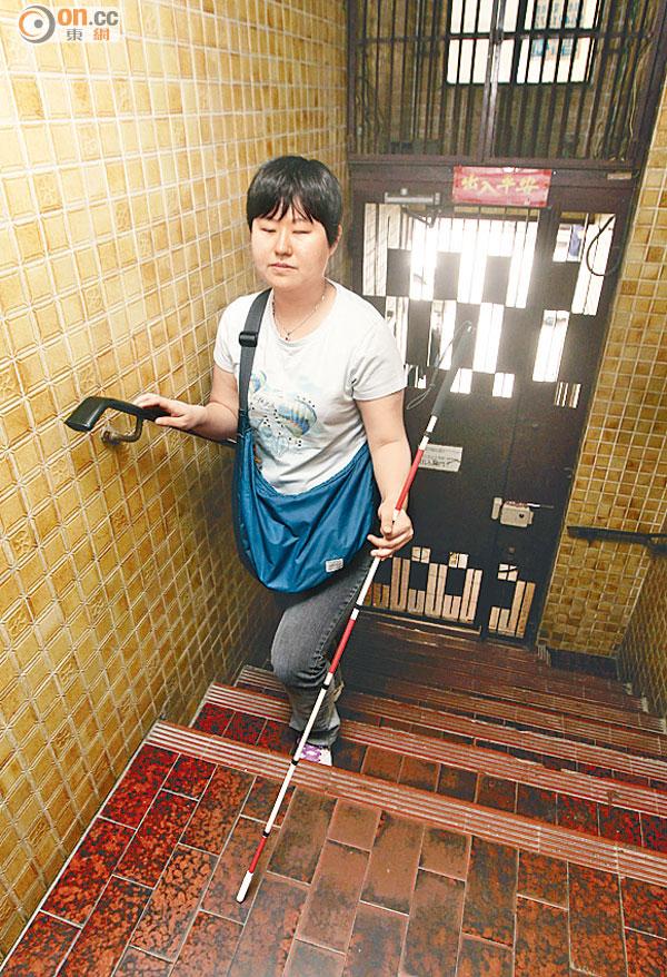體恤安置無期 殘疾人士上樓難 - 東方日報