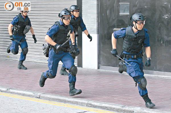 缺裝備 遲增援 警捱打 - 東方日報