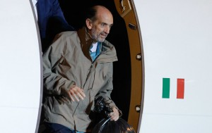 Italian journalist Domenico Quirico and Belgian national Pierre Piccinin (unseen), both kidnapped in Syria in early April, disembark from the airplane on September 9, 2013 at Ciampino military airport in Rome. (AFP Photo/Andreas Solaro)