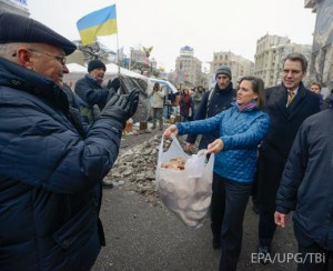 Assistant Secretary of State Victoria Nuland dispensing buscuits to Euromaidan protesters in Kyiv.