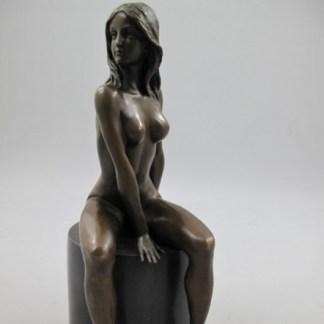 Bronze Figur Lady - auf Sockel sitzend