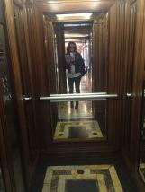 Eccoci sull'ascensore diretti al 3° piano: lei ci aspetta nella stanza 408