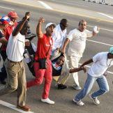 Narod izbacuje čoveka sa zastavom SAD sa prvomajske šetnje - Kuba