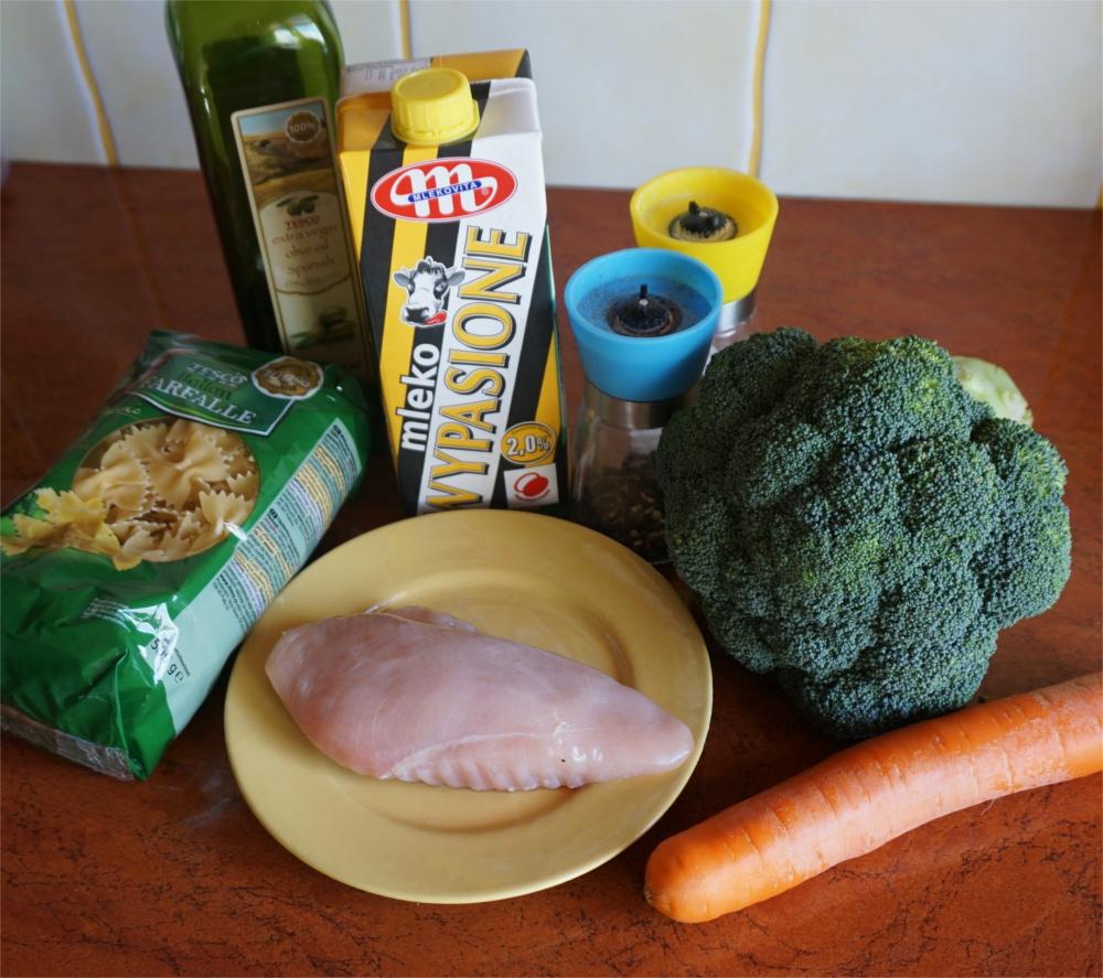 Przepis na jednogarnkowy, kremowy makaron z kurczakiem. Danie jednogarnkowe