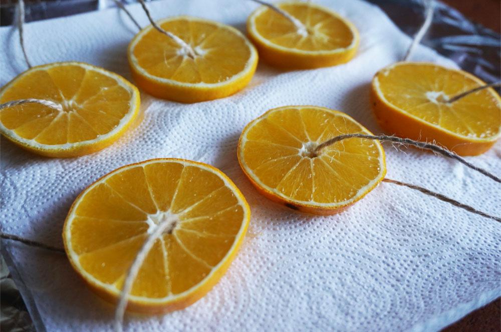 DIY Prosta choinka z gałęzi, ozdoby z suchej porcelany, suszone pomarańcze