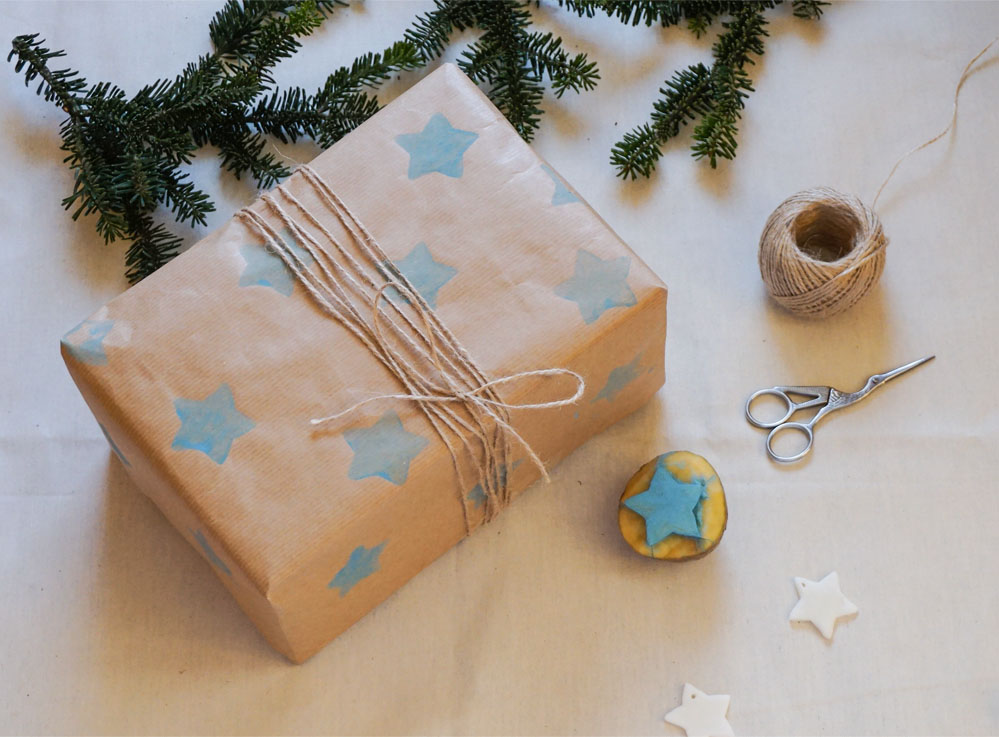 Pakowanie prezentów w szary papier - pomysły i inspiracje