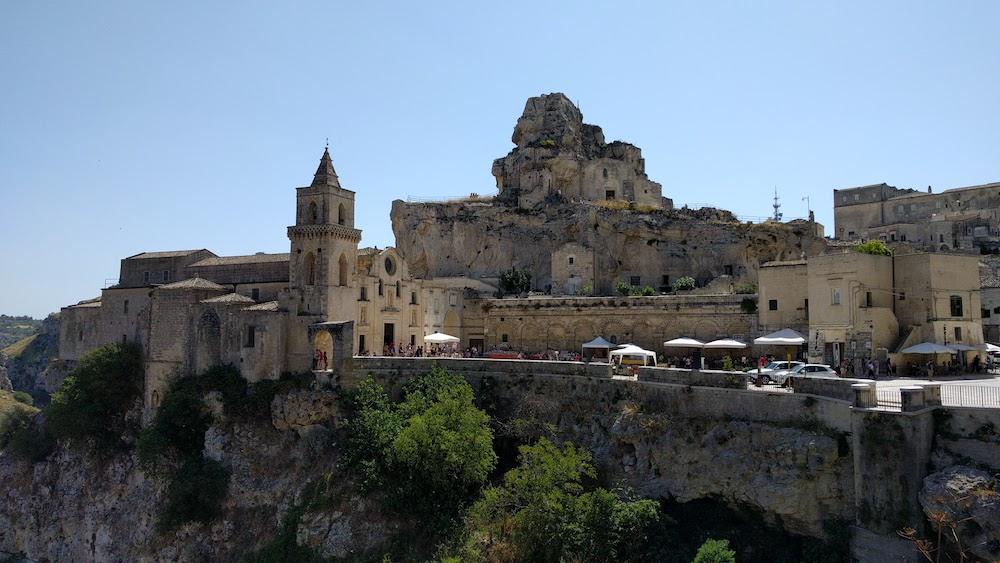 Zwiedzanie Apulii - co warto zwiedzić - miasto w skale - Sassi Matera