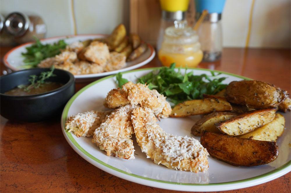 Nuggetsy z piekarnika, w wiórkach kokosowych, z sosem słodko-ostrym oraz domowymi ziemniaczkami