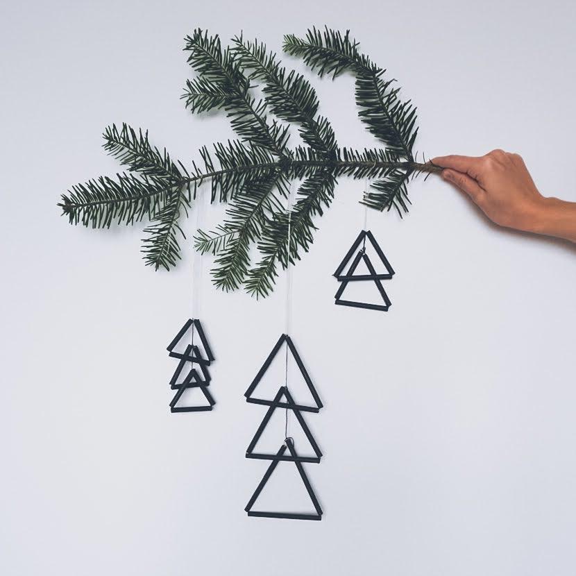 DIY świąteczne ozdoby ze słomek - choinki trójkątne