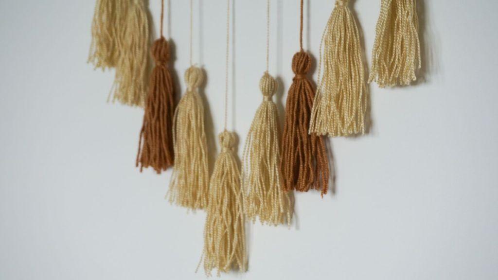 Frędzle na gałęzi - ozdoba na ścianę zrób o sam