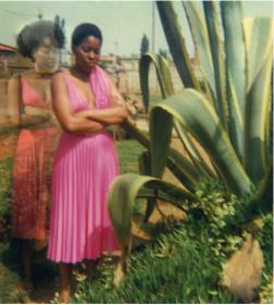 Lebohang Kganye Ka 2-phisi yaka e pinky II, 2013 Série Ke lefa laka (Her-story) Impression jet d'encre sur papier chiffon de coton, 21 x 21 cm Edition de 5 + 2EA © Lebohang Kganye, courtesy AFRONOVA GALLERY