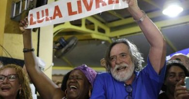 """Brazilian """"Self-Proclaimed"""" Received by Hundreds in Rio de Janeiro's Airport (Video)"""