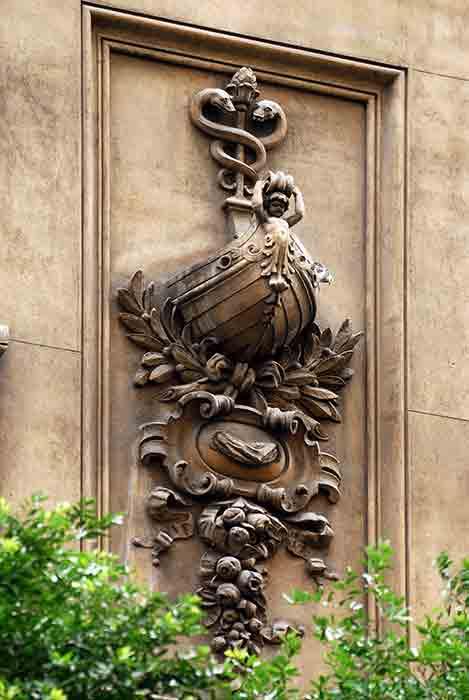O caduceu de Mercúrio aparece novamente na antiga sede da Companhia Docas de Santos (atual IPHAN), na Avenida Rio Branco, 44 e 46, no Centro