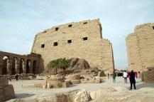 カルナック神殿へ、時代の異なる複数の神殿があり広大。第一塔門から中へ