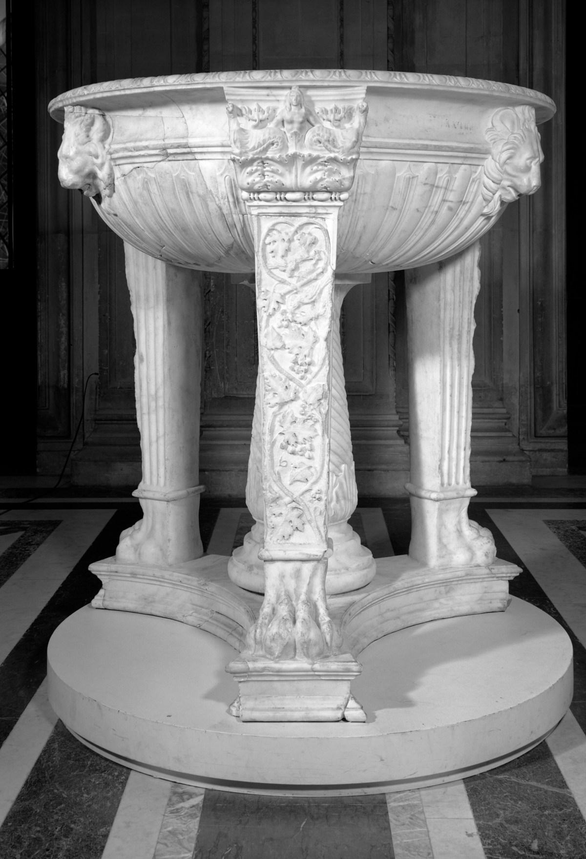 Tripode in marmo, età adrianea, Paris, Musée du Louvre, inv. MA 990 Foto © Musée du Louvre, Winckelmann Tesori di Antichità Roma