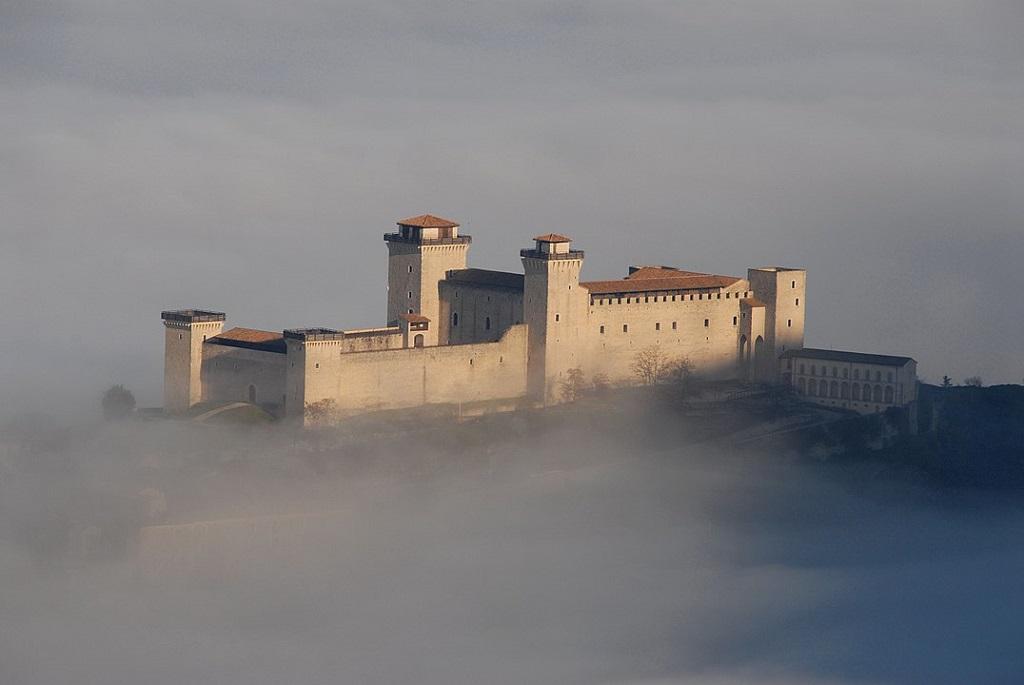 Veduta della fortezza sulla nebbia