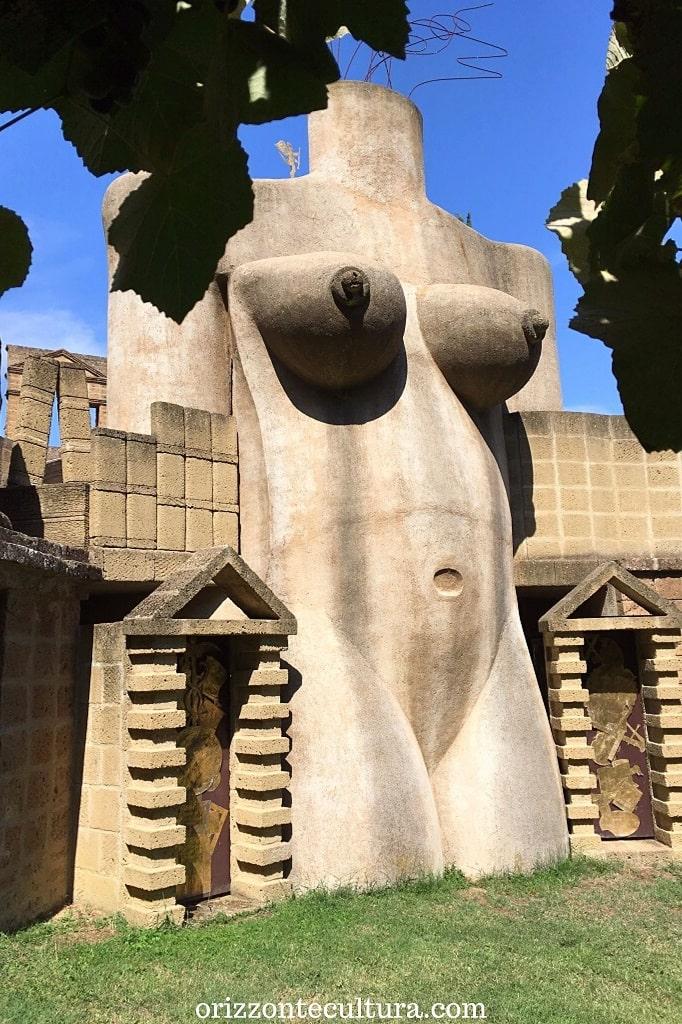 Dettaglio della Dea Madre alla Scarzuola Umbria