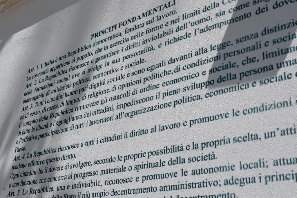 La trascrizione del testo della Costituzione Italiana per mano di Angie Mazzulli, Aielli borgo murales Abruzzo
