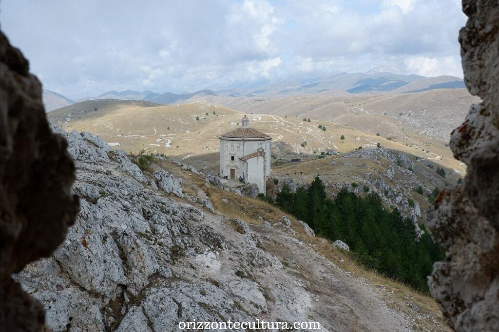 Uno scorcio sulla chiesa di Santa Maria della Pietà, come arrivare a Rocca Calascio cosa vedere