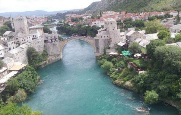 Cosa fare a Mostar: guardare il ponte dall'alto di un Minareto, per esempio