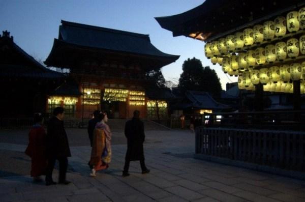 Una maiko fra le lanterne dello Yasaka Jinja