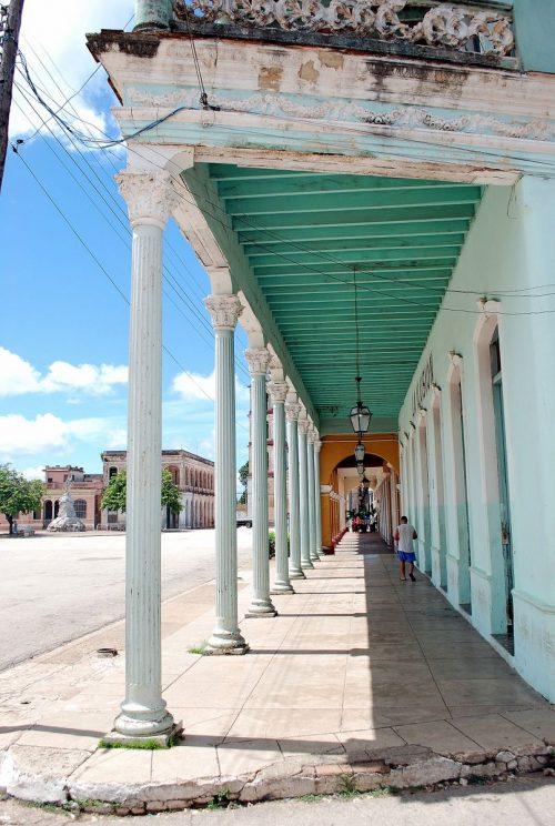 Gli edifici coloniali che si affacciano su plaza Martì, a Remedios