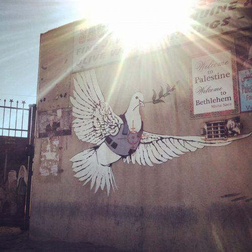 Una delle opere più famose di Banksy in Cisgiordania (nei pressi di Betlemme)