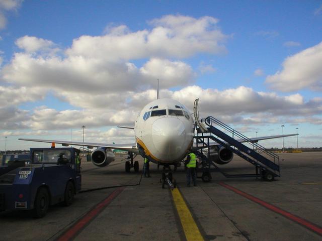 Un aereo RyanAir, sinonimo di prezzi bassi Ma non sempre le compagnie low cost sono la soluzione più economica (Photo credit: Wikipedia)http://commons.wikipedia.org/wiki/File:Ryanair_737-200_Dublin_Airport.jpg