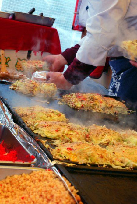 Okonomiyaki da asporto al mercato Kobo San (
