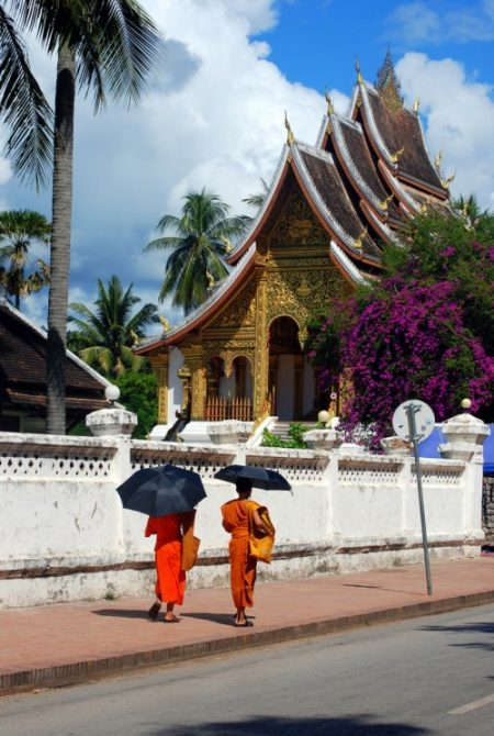 Monaci davanti al Wat Ho Pha Bang a Luang Prabang,