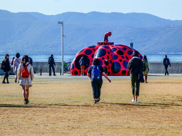 Arte a Naoshima: la zucca rossa di Kusama Yayoi