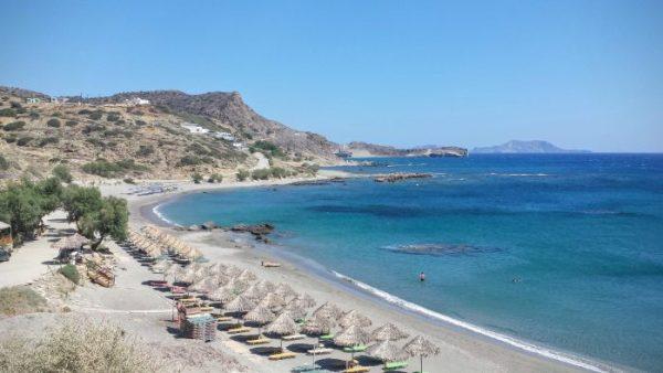 La parte attrezzata della spiaggia piccola di Triopetra