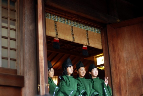 Takayama, girls at the Hachiman shrine