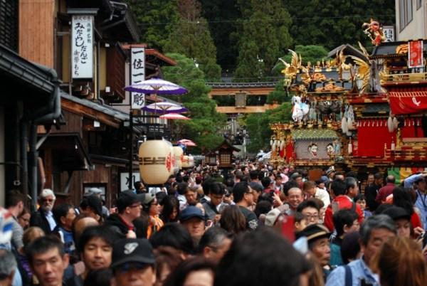 Il concentramento dei carri davanti al santuario di Hachiman, Takayama