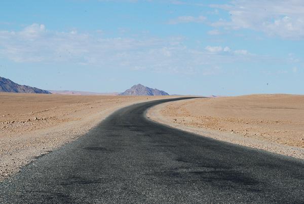 La strada asfaltata per Sossusvlei