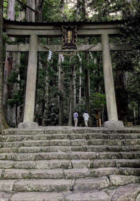 Il torii attraverso il quale si entra nell'area della cascata