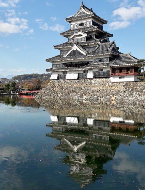 Il castello di Matsumoto riflesso (Foto di Patrick Colgan, 2018)