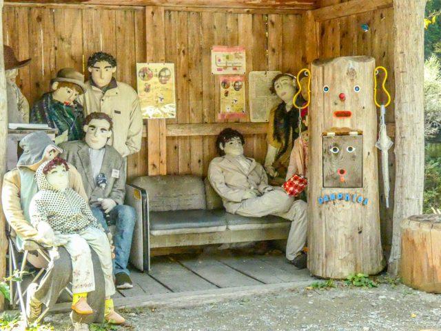 Nagoro, il paese degli spaventapasseri: la fermata del bus