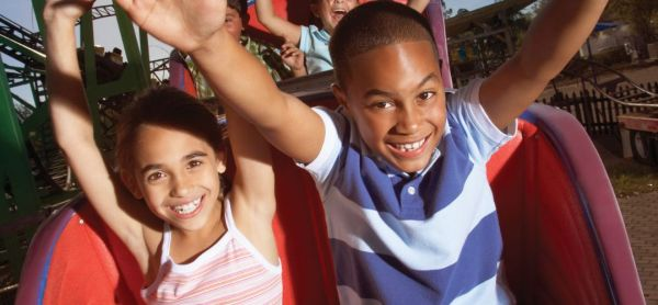 Free things to do in Orlando online: image of kids riding a roller coaster