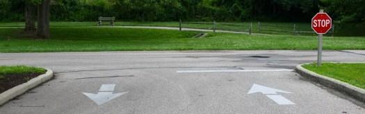 Panneau stop et marquage au sol associé
