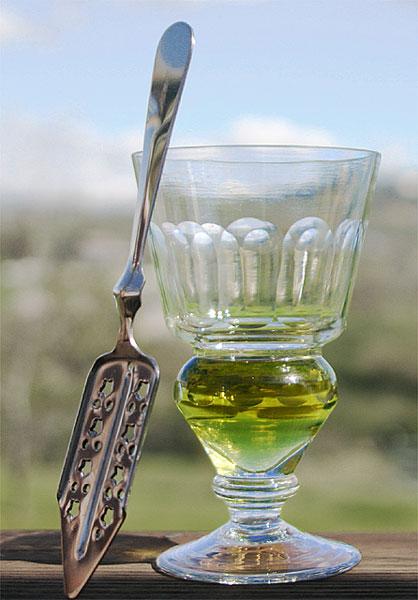 Verre d'absinthe et une cuillère à absinthe (Auteur : Eric Litton, source Wikimedia Commons. Ce fichier est disponible selon les termes de la licence Creative Commons Paternité – Partage des conditions initiales à l'identique 2.5 générique)
