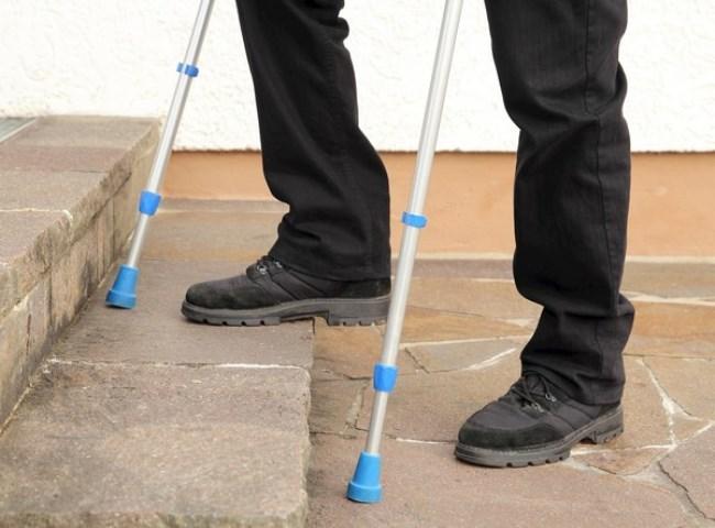 Полезные советы о том, как научиться ходить на костылях при переломе ноги. Как ходить на костылях после травмы