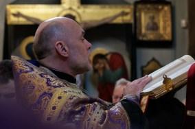 Ks. mitrat Andrzej Łoś czyta jedną z siedmiu części Ewangelii