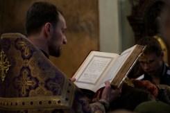Ks. Andrzej Konachowicz czyta jedną z siedmiu części Ewangelii