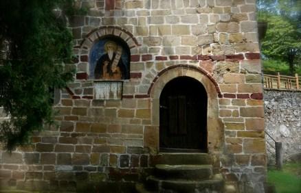 Wejście na wieżę obronną monasteru Święty Roman w Serbii