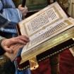 Ewangelię czyta ks. protodiakon Marek Waszczuk - błękitne szaty