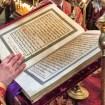 Ewangelię czyta ks. protodiakon Marek Waszczuk czerwone szaty