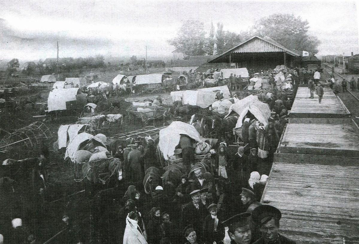 Bieżeńcy na stacji kolejowej Ozerani w Wołyńskiej Guberni - 1915 r.