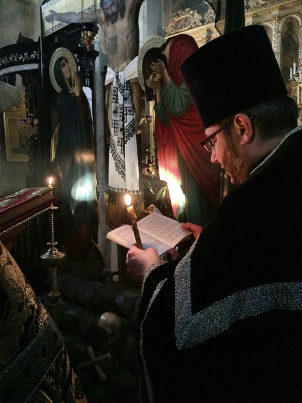 Ewangelię czyta ks. wikariusz Jerzy Łukaszewicz